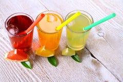 Cytrusów soki w szkle od grapefruitowego, pomarańcze, wapno Obraz Stock
