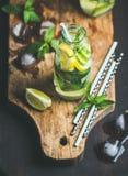 Cytrusów ziele i owoc natchnęliśmy sassi wodę na drewnianej desce Fotografia Royalty Free