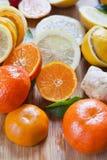 Cytrus cytryna, wapno, mandarine i imbirowi świezi plasterki dla wyśmienicie napoju -, obrazy stock