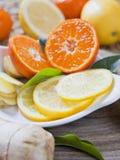 Cytrus cytryna, wapno, mandarine i imbirowi świezi plasterki dla wyśmienicie napoju -, fotografia stock