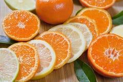 Cytrus cytryna, wapno, mandarynka i świezi plasterki -, zdjęcia stock