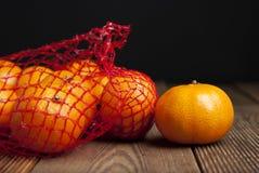 Cytrus owoc Tangerine w pomarańczach w plastikowym netto torby pakunku Żadny plastikowy pojęcie Pakujący który no przetwarza klin obrazy stock