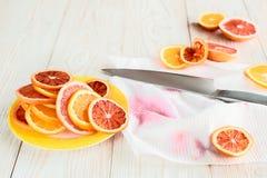 Cytrusa nóż na drewnianym stole i owoc Przepisu pojęcie Obrazy Royalty Free