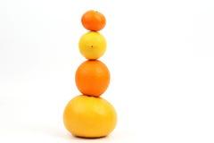 Cytrusa owocowy stojak pionowo na each inny na białym tle Zdjęcie Stock