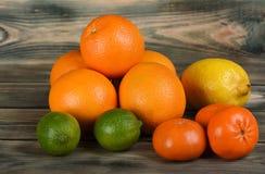 Cytrusa półmisek pomarańcze, tangerines, cytryna i wapno na drewnianym stole, fotografia royalty free