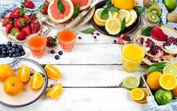Cytrusa sok, świeże owoc i jagody na białym drewnianym backgro, zdjęcia royalty free