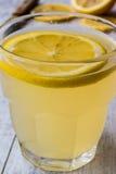 Cytryna ajerkoniak Limoncello z cytryną na białej drewnianej powierzchni Zdjęcie Stock