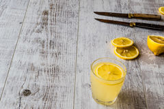 Cytryna ajerkoniak Limoncello z cytryną na białej drewnianej powierzchni Obrazy Stock