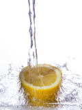 Cytryna ciąca up i pod strumieniem woda Zdjęcia Royalty Free