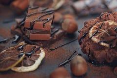 Cytryna, dokrętki i asortyment świetne czekolady, zdjęcie stock