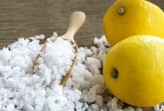 Cytryna i morze sól - piękna traktowanie z organicznie kosmetyka dowcipem Zdjęcia Royalty Free