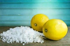Cytryna i morze sól - piękna traktowanie z organicznie kosmetyka dowcipem Obraz Royalty Free