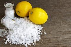 Cytryna i morze sól - piękna traktowanie z organicznie kosmetyka dowcipem Zdjęcia Stock