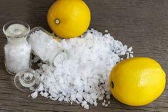Cytryna i morze sól - piękna traktowanie z organicznie kosmetyka dowcipem Fotografia Stock