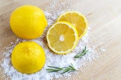 Cytryna i morze sól - piękna traktowanie z organicznie kosmetyka dowcipem Fotografia Royalty Free