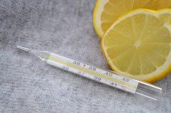 Cytryna i termometr, zamykamy up zdjęcie royalty free