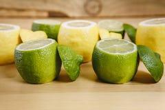 Cytryna i wapno na stole Obrazy Stock