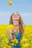cytryna na zewnątrz kobiety Zdjęcia Royalty Free