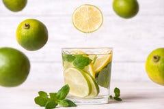 Cytryna napój w szkle na drewnianym tle Zdjęcie Royalty Free