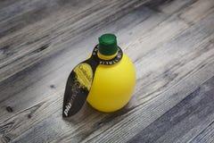 Cytryna sok w butelce, odosobnionej, na białym tle Fotografia Royalty Free