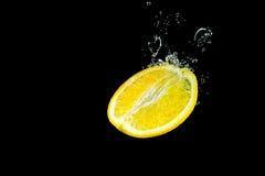 Cytryna spada wewnątrz woda Zdjęcia Stock