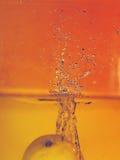 Cytryna spadek w wodę fotografia stock