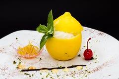 Cytryna torta wiśnia na bielu talerzu i mennica Fotografia Stock
