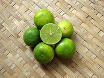 Cytryna, wapno w omłotowej koszykowej teksturze/ Fotografia Stock