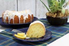 Cytryny Bundt funta tort, pokrojony i cały fotografia royalty free