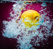 Cytryny chełbotanie na Watter Fotografia Stock