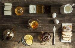 Cytryny herbata i owoc cukierek na drewnianym stole Zdjęcia Royalty Free