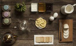 Cytryny herbata i owoc cukierek na drewnianym stole Obrazy Stock
