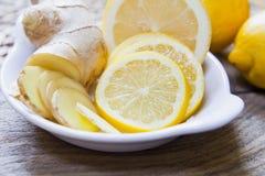 Cytryny i imbiru plasterki gotowi robić wyśmienicie gorącej herbaty zdjęcia stock