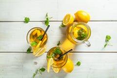 Cytryny lodowa herbata słuzyć na drewnianym stole Zdjęcia Stock