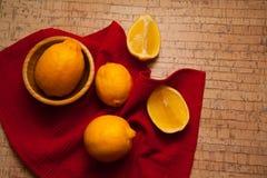Cytryny na korkowym tle Obrazy Stock