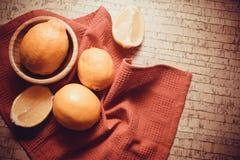 Cytryny na korkowym tle Fotografia Stock