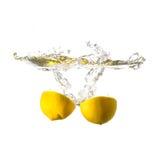 Cytryny pluśnięcie na wodzie, odosobnionej Fotografia Stock