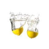 Cytryny pluśnięcie na wodzie, odosobnionej Obraz Royalty Free