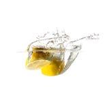 Cytryny pluśnięcie na wodzie, odosobnionej Zdjęcia Royalty Free