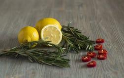Cytryny, rozmarynów i chili pieprz, Obrazy Royalty Free