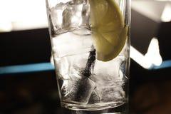 Cytryny soda w szkle z lodem zdjęcia stock