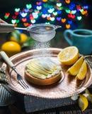 Cytryny tarta Gotować cytryna deser Zamazany świąteczny tło obrazy stock