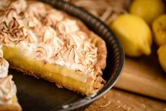 Cytryny tarta z wznoszącym toast beza wierzchołkiem Obrazy Royalty Free