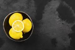Cytryny w glinianym pucharze na ciemnym tle Odgórny widok, kopii przestrzeń Obrazy Stock