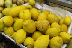 Cytryny w na wolnym powietrzu rynku w Włochy Zdjęcia Stock