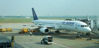 Cywilni samoloty parkuje przy Dębnym syna Nhat lotniskiem międzynarodowym Zdjęcia Stock