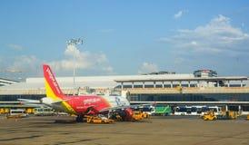 Cywilni samoloty parkuje przy Dębnym syna Nhat lotniskiem międzynarodowym Obraz Stock