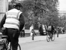 cywilny egzekwowanie oficer przy pracą w Cambridge w czarny i biały obraz stock