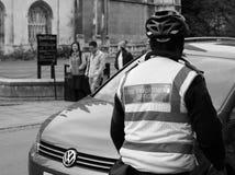 cywilny egzekwowanie oficer przy pracą w Cambridge w czarny i biały zdjęcie stock