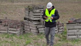 Cywilny inżynier bierze obrazki na mądrze telefonie przy miejscem dokąd nowej budowy miejsce zbiory